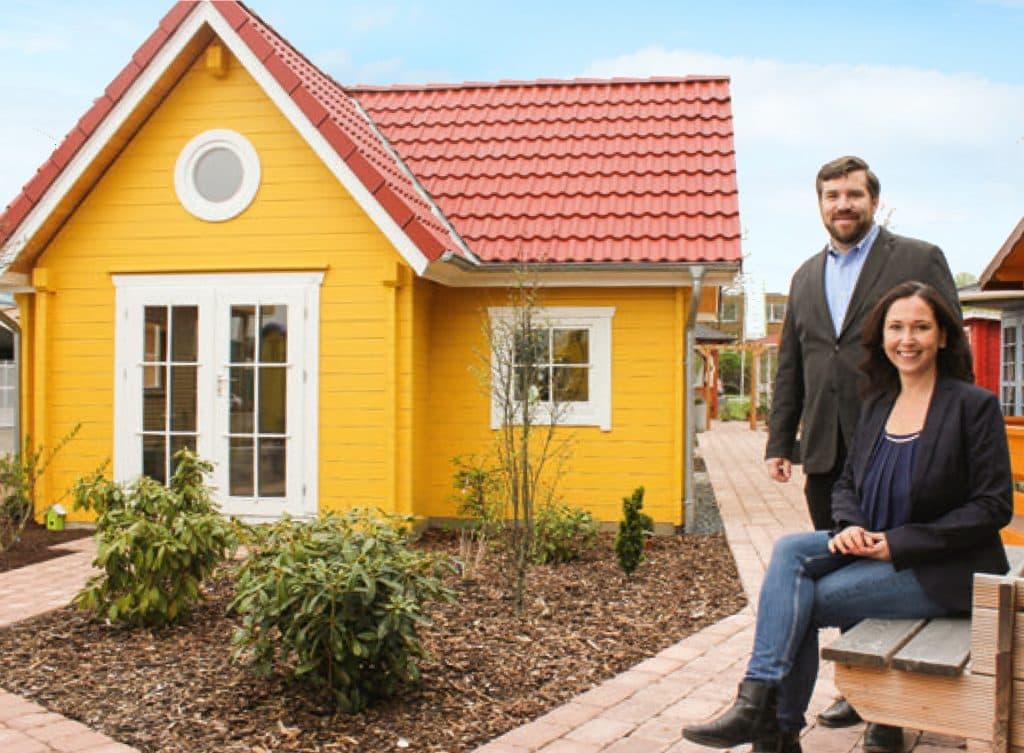 Ausstellung Hemmingen mit gelbem Wochenendhaus und der Geschäftsleitung