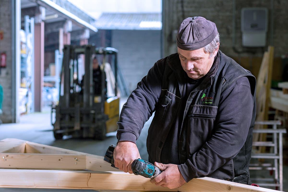 Ein Zimmermann bei der Arbeit