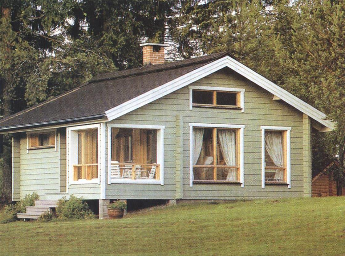 Ein Ferienblockhaus mit einer eingearbeiteten Terrasse