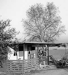 Ein Gartenhaus mit Terrasse
